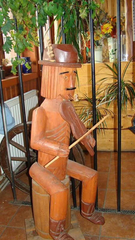 Schronisko na Błatniej - drewniana rzeźba (kliknięcie spowoduje powiększenie obrazu)