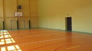 na zdjęciu sala gimnastycnza z parkietem bramką i tablicą i obręczą do koszykówki (kliknięcie spowoduje powiększenie obrazu)
