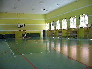na zdjęciu 6 okien, bramka, materace, tablica z obręczą do koszykówki oraz parkiet (kliknięcie spowoduje powiększenie obrazu)