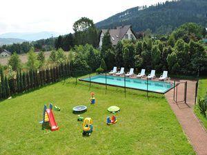 Willa Wichrowe Wzgórza - basen i plac zabaw (kliknięcie spowoduje powiększenie obrazu)