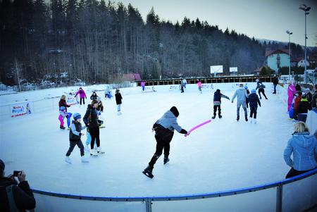 na zdjęciu lodowisko, ludzie jeżdżący na lodowisku (kliknięcie spowoduje powiększenie obrazu)