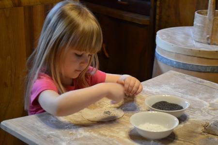 Chlebowa Chata - pieczenie podpłomyków (kliknięcie spowoduje powiększenie obrazu)