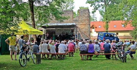 Artystyczne lato u Kossaków - występ przed runami  (kliknięcie spowoduje powiększenie obrazu)