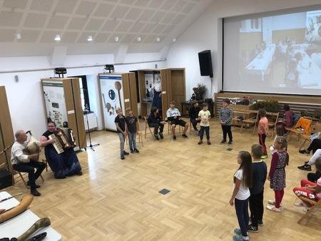 Zdjęcie uczestników warsztatów gry na instrumentach drewnianych  (kliknięcie spowoduje powiększenie obrazu)