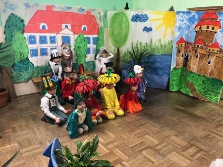 Przedstawienie teatralne w wykonaniu przedszkolaków. (kliknięcie spowoduje powiększenie obrazu)