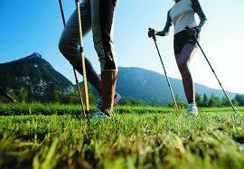 na zdjęciu dwie osoby z kijami do nordic walking, w tle góry (kliknięcie spowoduje powiększenie obrazu)
